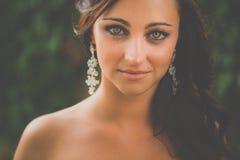 Porträt einer herrlichen Brunettefrau Lizenzfreie Stockfotografie