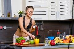Porträt einer jungen dünnen Frau in der Wäsche in der Küche Stockbilder