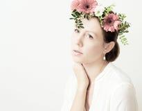 Porträt einer jungen Frau mit Blumenkrone Stockfoto