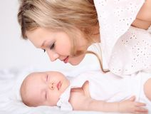 Porträt einer jungen Mutter und des Schätzchens Stockbilder