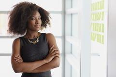 Porträt einer lächelnden Geschäftsfrau mit einem Afro Stockbild