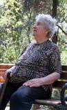 Älteres Frauenstillstehen Stockfoto