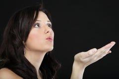 Porträt einer netten jungen Frau, die einen Kuss in Richtung zu durchbrennt Lizenzfreies Stockfoto