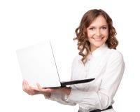 Porträt einer recht jungen Geschäftsfrau, die einen Laptop anhält Lizenzfreie Stockfotos