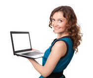 Porträt einer recht jungen Geschäftsfrau, die einen Laptop hält Lizenzfreies Stockfoto