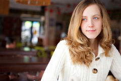 Porträt einer schönen ausgezeichneten Nahaufnahme der jungen Frau Lizenzfreie Stockfotografie