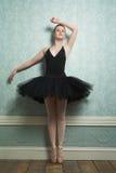 Schöne Ballerina, die auf Zehen steht Stockbilder