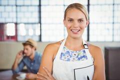Porträt einer schönen Kellnerin, die eine Bestellung entgegennimmt Lizenzfreies Stockfoto