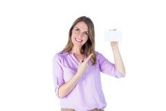 Porträt einer schönen zufälligen Geschäftsfrau, die ein Zeichen zeigt Lizenzfreies Stockfoto
