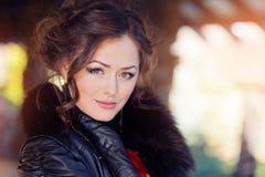 Porträt einer Schönheit, die entlang der Kamera anstarrt Lizenzfreie Stockfotos