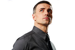 Porträt eines überzeugten Geschäftsmannes, der oben schaut Lizenzfreie Stockfotografie