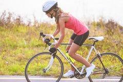 Porträt eines einzelnen weiblichen Athleten auf dem Fahrradtrainieren Lizenzfreies Stockfoto