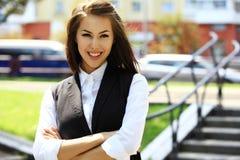 Porträt eines erfolgreichen Geschäftsfraulächelns Stockfotos
