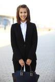 Porträt eines erfolgreichen Geschäftsfraulächelns Stockfotografie