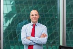 Porträt eines erfolgreichen Geschäftsmannes an der Klage im Büro Lizenzfreie Stockfotografie