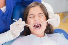 Porträt eines erschrockenen jungen Patienten in der zahnärztlichen Untersuchung Stockfotos