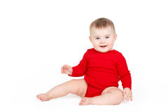 Porträt eines glücklichen entzückenden Säuglingskinderbaby-Lin-Rotes, welches das glückliche Lächeln auf einem weißen Hintergrund  Stockfotografie