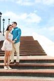 Porträt eines glücklichen Paars, das über Kamera lacht Kopieren Sie Raum für yo Stockfoto