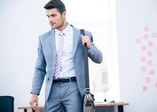 Porträt eines hübschen Geschäftsmannes mit Tasche Lizenzfreie Stockbilder
