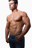 Porträt eines hemdlosen muskulösen Mannes Stockfotos