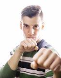 Porträt eines intelligenten ernsten jungen Mannes, der gegen weißen Hintergrund steht Emotionales Konzept für Geste Stockfoto