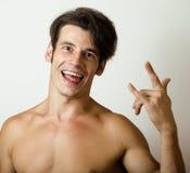 Porträt eines intelligenten ernsten jungen Mannes, der gegen weißen Hintergrund steht Emotionales Konzept für Geste Stockbild