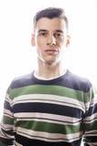 Porträt eines intelligenten ernsten jungen Mannes, der gegen weißen Hintergrund steht Emotionales Konzept für Geste Stockbilder