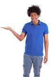 Porträt eines jungen Afroamerikanermannes, der etwas hält Lizenzfreies Stockbild
