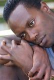 Porträt eines jungen Anstarrens des schwarzen Mannes Stockfoto
