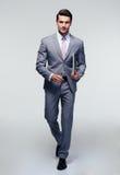 Porträt eines jungen Mannes der Mode in der Sonnenbrille Lizenzfreie Stockfotografie