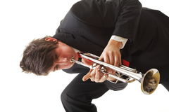 Porträt eines jungen Mannes, der seine Trompete spielt Stockfotografie