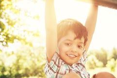 Porträt eines kleinen indischen Jungen draußen Stockfotografie