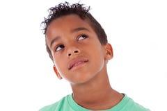 Porträt eines kleinen Jungen des netten Afroamerikaners, der oben schaut Stockfotos