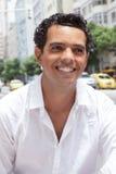 Porträt eines lateinischen Kerls mit toothy Lächeln in der Stadt Stockbilder