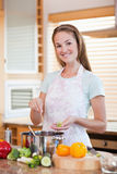 Porträt eines lächelnden Frauenkochens Stockfotografie
