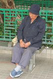 Porträt eines älteren schlafenden Mannes in Hong Kong Stockbild