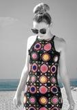 Porträt eines Mädchens, das hinunter den Strand in einem schönen üppigen Dr. läuft Lizenzfreie Stockfotografie