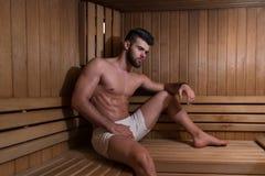 Porträt eines muskulösen Mannes, der in der Sauna sich entspannt Lizenzfreies Stockbild