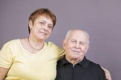 Porträt eines offenen älteren Paares Stockfoto