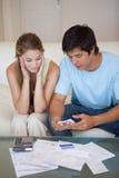 Porträt eines Paares, das ihre Rechnungen betrachtet Lizenzfreie Stockfotografie
