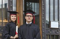 Porträt eines Paares im Graduierungstag Lizenzfreies Stockbild