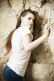 Porträt eines schönen Bergsteigers der jungen Frau Stockbild