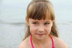 Porträt eines schönen Mädchens auf dem Hintergrund des Meeres Lizenzfreies Stockfoto