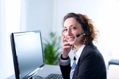 Porträt eines schönen Sekretärs der jungen Frau bei der Arbeit Lizenzfreie Stockfotografie