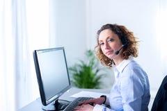 Porträt eines schönen Sekretärs der jungen Frau bei der Arbeit Stockbilder