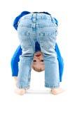 Porträt eines spielerisches Kinderstehenden Kopfes unten Stockbilder