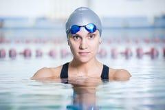 Porträt eines weiblichen Schwimmers Stockbilder