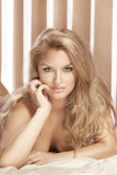 Porträt eleganter attraktiver blonder Damenaufstellung Lizenzfreie Stockfotos