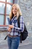 Porträt im Freien des Schulmädchens mit Rucksack Stockfotografie