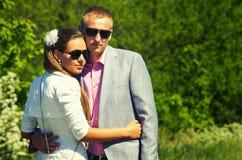 Porträt im Freien von liebevollen Paaren Lizenzfreies Stockfoto